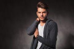 Νεαρός άνδρας σχετικά με τον ώμο του θέτοντας στο στούντιο Στοκ εικόνες με δικαίωμα ελεύθερης χρήσης