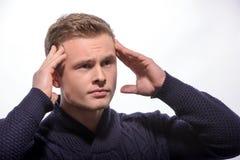 Νεαρός άνδρας σχετικά με το κεφάλι του Στοκ Εικόνες