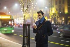 Νεαρός άνδρας υπαίθρια με το κινητό τηλέφωνο Στοκ φωτογραφία με δικαίωμα ελεύθερης χρήσης