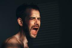 Νεαρός άνδρας λυπημένος και καταθλιπτικός Στοκ εικόνες με δικαίωμα ελεύθερης χρήσης