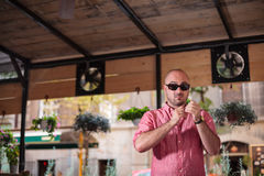 Νεαρός άνδρας Dodgy με τα γυαλιά ηλίου Στοκ φωτογραφία με δικαίωμα ελεύθερης χρήσης