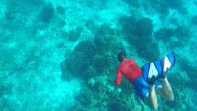 Νεαρός άνδρας Freediving βαθιά στο σαφές μπλε νερό Κολυμπώντας με αναπνευτήρα τύπος HD υποβρύχιο GoPro σε αργή κίνηση Νησί Simila φιλμ μικρού μήκους