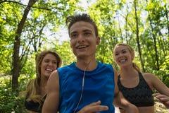 Νεαρός άνδρας Jogging μπροστά από τη γυναίκα Στοκ εικόνα με δικαίωμα ελεύθερης χρήσης