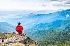 Νεαρός άνδρας meditates στην κορυφή Στοκ Φωτογραφία