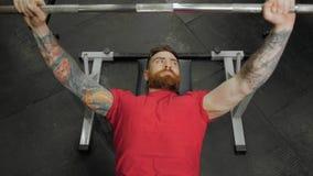Νεαρός άνδρας weightlifter που εκπαιδεύει με τα barbells στη γυμναστική Πορτρέτο αθλητών CrossFit απόθεμα βίντεο