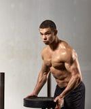 Νεαρός άνδρας weightlifter Στοκ φωτογραφίες με δικαίωμα ελεύθερης χρήσης