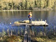 Νεαρός που αλιεύει στη λίμνη Στοκ Φωτογραφίες