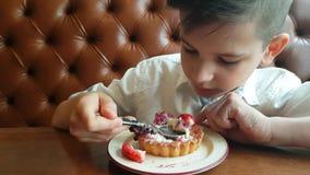 Νεαρός που τρώει το κέικ βατόμουρων απόθεμα βίντεο
