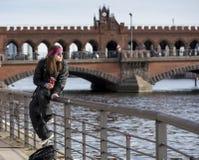 Νεαρός σε μια όχθη ποταμού Στοκ Φωτογραφία