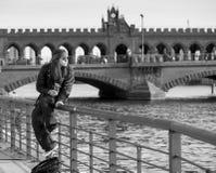 Νεαρός σε μια όχθη ποταμού Στοκ Εικόνες