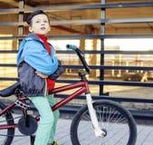 Νεαρός στη δροσερή οδήγηση ποδηλάτων έξω, conce ανθρώπων τρόπου ζωής Στοκ εικόνα με δικαίωμα ελεύθερης χρήσης