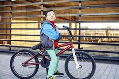 Νεαρός στη δροσερή bmx οδήγηση ποδηλάτων έξω, έννοια ανθρώπων τρόπου ζωής Στοκ Εικόνες