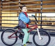 Νεαρός στη δροσερή bmx οδήγηση ποδηλάτων έξω, έννοια ανθρώπων τρόπου ζωής Στοκ Εικόνα