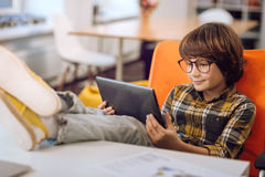 Νεαρό άτομο που κοιτάζει επίμονα στην οθόνη ταμπλετών Στοκ εικόνες με δικαίωμα ελεύθερης χρήσης