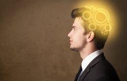 Νεαρό άτομο που σκέφτεται με μια επικεφαλής απεικόνιση μηχανών απεικόνιση αποθεμάτων
