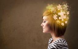 Νεαρό άτομο που σκέφτεται με το μυαλό γρίφων πυράκτωσης Στοκ φωτογραφίες με δικαίωμα ελεύθερης χρήσης
