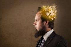 Νεαρό άτομο που σκέφτεται με το μυαλό γρίφων πυράκτωσης διανυσματική απεικόνιση