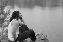 Νεαρών άνδρων έννοια τρόπου ζωής ταξιδιού καθίσματος μόνη υπαίθρια με το Λα Στοκ εικόνες με δικαίωμα ελεύθερης χρήσης