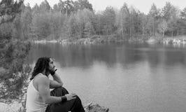 Νεαρών άνδρων έννοια τρόπου ζωής ταξιδιού καθίσματος μόνη υπαίθρια με το Λα Στοκ φωτογραφίες με δικαίωμα ελεύθερης χρήσης