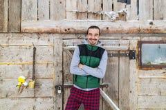 Νεαρών άνδρων εξοχικό σπίτι θερέτρου τύπων χαμόγελου του χωριού ξύλινο εξοχικών σπιτιών εξωτερικό ευτυχές Στοκ εικόνες με δικαίωμα ελεύθερης χρήσης
