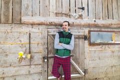 Νεαρών άνδρων εξοχικό σπίτι θερέτρου τύπων χαμόγελου του χωριού ξύλινο εξοχικών σπιτιών εξωτερικό ευτυχές Στοκ Εικόνα