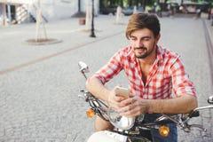 Νεαρών άνδρων χαμόγελου στο κινητό τηλέφωνο στοκ φωτογραφίες με δικαίωμα ελεύθερης χρήσης