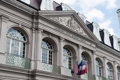 ΝΕΑ ΟΡΛΕΆΝΗ, ΛΑ - 13 ΑΠΡΙΛΊΟΥ: Οδός στη γαλλική συνοικία της Νέας Ορλεάνης, Λουιζιάνα που παρουσιάζει ιστορικά buldings με μοναδι Στοκ Εικόνα