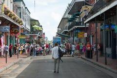 ΝΕΑ ΟΡΛΕΆΝΗ, ΛΑ - 13 ΑΠΡΙΛΊΟΥ: Οδός στη γαλλική συνοικία της Νέας Ορλεάνης, Λουιζιάνα που παρουσιάζει ιστορικά buldings με μοναδι Στοκ Φωτογραφίες
