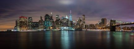 ΝΕΑ ΥΌΡΚΗ, ΗΝΩΜΕΝΕΣ ΠΟΛΙΤΕΊΕΣ ΤΗΣ ΑΜΕΡΙΚΉΣ - 30 ΑΠΡΙΛΊΟΥ 2017: Πανόραμα οριζόντων του Μανχάταν πόλεων της Νέας Υόρκης με τους ουρ Στοκ Εικόνες