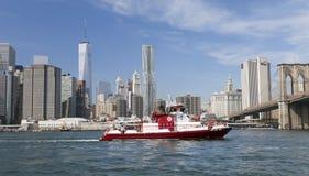 ΝΕΑ ΥΌΡΚΗ, ΗΠΑ - η βάρκα αριθ. πυρκαγιάς 343 στον ανατολικό ποταμό Στοκ Εικόνα