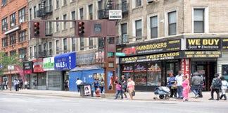 ΝΕΑ ΥΌΡΚΗ, ΗΠΑ - 15 Ιουνίου 2015 - άνθρωποι που περπατούν σε Harlem στην εργάσιμη μέρα Στοκ Φωτογραφίες