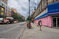 ΝΕΑ ΥΌΡΚΗ, ΗΠΑ - 15 Ιουνίου 2015 - άνθρωποι που περπατούν σε Harlem στην εργάσιμη μέρα Στοκ εικόνες με δικαίωμα ελεύθερης χρήσης