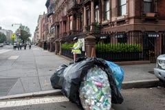 ΝΕΑ ΥΌΡΚΗ, ΗΠΑ - 15 Ιουνίου 2015 - άστεγοι που συλλέγουν τα σκουπίδια Στοκ εικόνα με δικαίωμα ελεύθερης χρήσης
