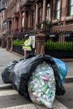ΝΕΑ ΥΌΡΚΗ, ΗΠΑ - 15 Ιουνίου 2015 - άστεγοι που συλλέγουν τα σκουπίδια Στοκ εικόνες με δικαίωμα ελεύθερης χρήσης