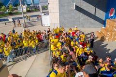 ΝΕΑ ΥΌΡΚΗ, ΗΠΑ - 22 ΝΟΕΜΒΡΊΟΥ 2016: Μη αναγνωρισμένοι του Εκουαδόρ ανεμιστήρες στη γραμμή που εισάγει στο στάδιο Metlife για να δ Στοκ Φωτογραφίες