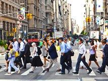 ΝΕΑ ΥΌΡΚΗ, ΗΠΑ – 13 ΙΟΥΛΊΟΥ: Οι άνθρωποι πιέζουν το στο κέντρο της πόλης Μ χρονικά Στοκ Φωτογραφία