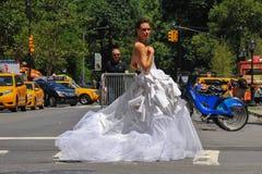 ΝΕΑ ΥΌΡΚΗ - 13 Ιουνίου: Πρότυπο Kalyn Hemphill που διασχίζει την οδό μπροστά από το ξενοδοχείο Plaza στο νυφικό βλαστό της Irina  Στοκ φωτογραφία με δικαίωμα ελεύθερης χρήσης