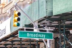 ΝΕΑ ΥΌΡΚΗ, ΝΕΑ ΥΌΡΚΗ - 16 ΜΑΐΟΥ 2019: Σημάδι οδών Broadway στην πόλη της Νέας Υόρκης Το Broadway είναι γνωστό για τα musicals του στοκ φωτογραφία