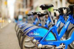 ΝΕΑ ΥΌΡΚΗ - 15 ΜΑΡΤΊΟΥ 2015: Υπόλοιπος κόσμος των ποδηλάτων ενοικίου ποδηλάτων Citi στον ελλιμενισμό του σταθμού στην πόλη της Νέ στοκ εικόνες με δικαίωμα ελεύθερης χρήσης