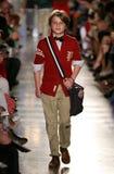 ΝΕΑ ΥΌΡΚΗ, ΝΈΑ ΥΌΡΚΗ - 19 ΜΑΐΟΥ: Ένα πρότυπο περπατά το διάδρομο στη επίδειξη μόδας των παιδιών του Ralph Lauren πτώση 14 Στοκ Φωτογραφία