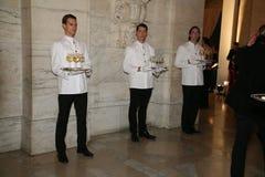 ΝΕΑ ΥΌΡΚΗ, ΝΈΑ ΥΌΡΚΗ - 19 ΜΑΐΟΥ: Οι σερβιτόροι εξυπηρετούν πριν από την τη επίδειξη μόδας των παιδιών του Ralph Lauren πτώση 14 Στοκ εικόνα με δικαίωμα ελεύθερης χρήσης