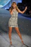 ΝΕΑ ΥΌΡΚΗ, ΝΈΑ ΥΌΡΚΗ - 13 ΝΟΕΜΒΡΊΟΥ: Ο κύψελλος του Taylor τραγουδιστών αποδίδει στη επίδειξη μόδας της Victoria's Secret του 2013 Στοκ φωτογραφίες με δικαίωμα ελεύθερης χρήσης