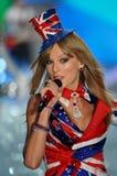 ΝΕΑ ΥΌΡΚΗ, ΝΈΑ ΥΌΡΚΗ - 13 ΝΟΕΜΒΡΊΟΥ: Ο κύψελλος του Taylor τραγουδιστών αποδίδει στη επίδειξη μόδας της Victoria's Secret του 2013 Στοκ Φωτογραφία