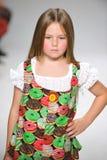 ΝΕΑ ΥΌΡΚΗ, ΝΈΑ ΥΌΡΚΗ - 19 ΟΚΤΩΒΡΊΟΥ: Ένα πρότυπο περπατά το διάδρομο κατά τη διάρκεια της πρόβλεψης ιματισμού των παιδιών της Ari Στοκ Εικόνες
