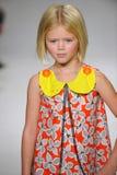 ΝΕΑ ΥΌΡΚΗ, ΝΈΑ ΥΌΡΚΗ - 19 ΟΚΤΩΒΡΊΟΥ: Ένα πρότυπο περπατά το διάδρομο κατά τη διάρκεια της πρόβλεψης ιματισμού των παιδιών της Ari Στοκ εικόνες με δικαίωμα ελεύθερης χρήσης
