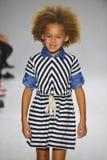 ΝΕΑ ΥΌΡΚΗ, ΝΈΑ ΥΌΡΚΗ - 18 ΟΚΤΩΒΡΊΟΥ: Ένα πρότυπο περπατά το διάδρομο κατά τη διάρκεια της πρόβλεψης Anasai στην εβδομάδα μόδας πα Στοκ Φωτογραφίες