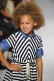 ΝΕΑ ΥΌΡΚΗ, ΝΈΑ ΥΌΡΚΗ - 18 ΟΚΤΩΒΡΊΟΥ: Ένα πρότυπο περπατά το διάδρομο κατά τη διάρκεια της πρόβλεψης Anasai στην εβδομάδα μόδας πα Στοκ Εικόνα