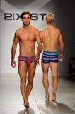 ΝΕΑ ΥΌΡΚΗ, ΝΈΑ ΥΌΡΚΗ - 21 ΟΚΤΩΒΡΊΟΥ: Ένα πρότυπο περπατά το διάδρομο κατά τη διάρκεια της επίδειξης μόδας 2 IST (Χ) ατόμων Στοκ Εικόνα