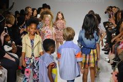 ΝΕΑ ΥΌΡΚΗ, ΝΈΑ ΥΌΡΚΗ - 18 ΟΚΤΩΒΡΊΟΥ: Τα πρότυπα περπατούν το φινάλε διαδρόμων κατά τη διάρκεια της πρόβλεψης Anasai στην εβδομάδα Στοκ Εικόνες