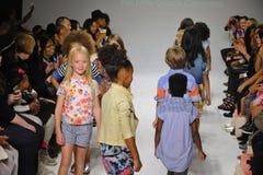 ΝΕΑ ΥΌΡΚΗ, ΝΈΑ ΥΌΡΚΗ - 18 ΟΚΤΩΒΡΊΟΥ: Τα πρότυπα περπατούν το φινάλε διαδρόμων κατά τη διάρκεια της πρόβλεψης Anasai στην εβδομάδα Στοκ Φωτογραφίες